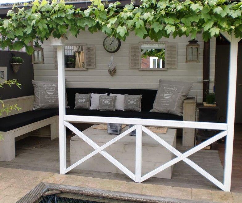 Wat een mooi en stijlvol idee voor de tuin. Leuke witte veranda met druivenstruik. Denk dat dit zelfs past in mijn kleine tuin...gezellig!!