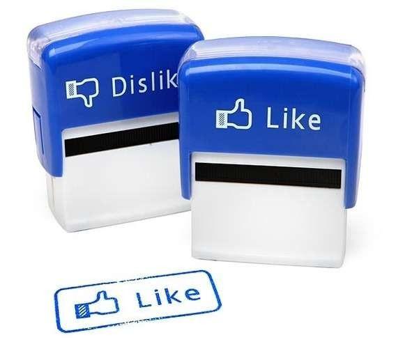 """De to her er jeg næsten nød til at eje. Så kan jeg også tage Facebook med mig ud i det virkelige liv.  """"Like"""". :)"""