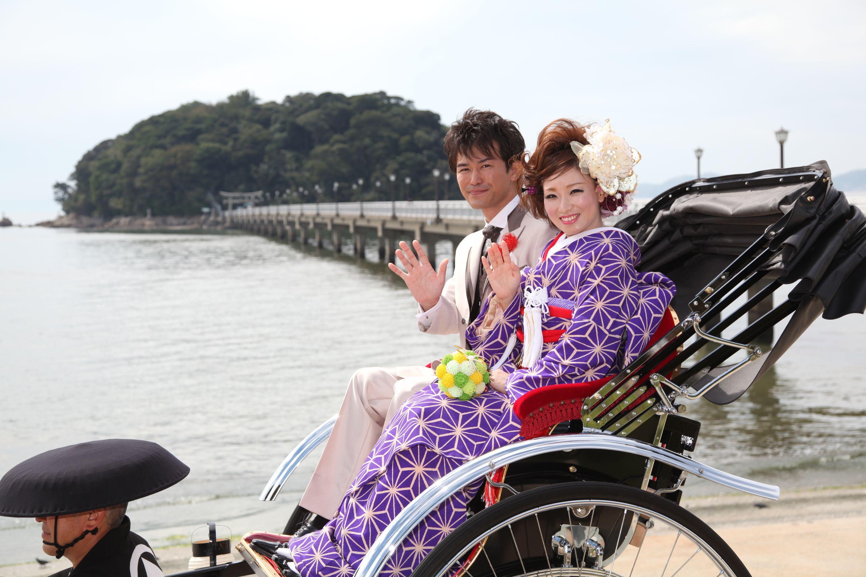 三河湾を一望できる竹島橋の前で…