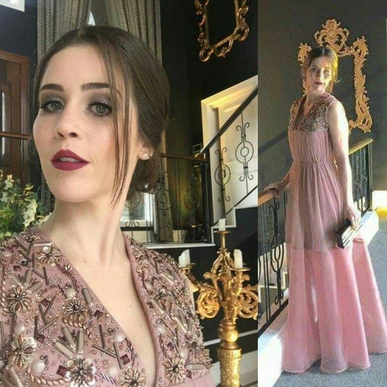 Vestido para madrinha de casamento, confeccionado em organza, tule e crepe, com bordados em pedraria.