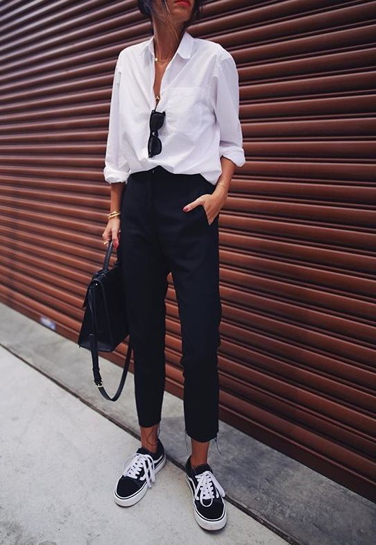 Photo of Cropped pants and sneakers Front blouse button White shirt | Black and white… – Outfit.GQ
