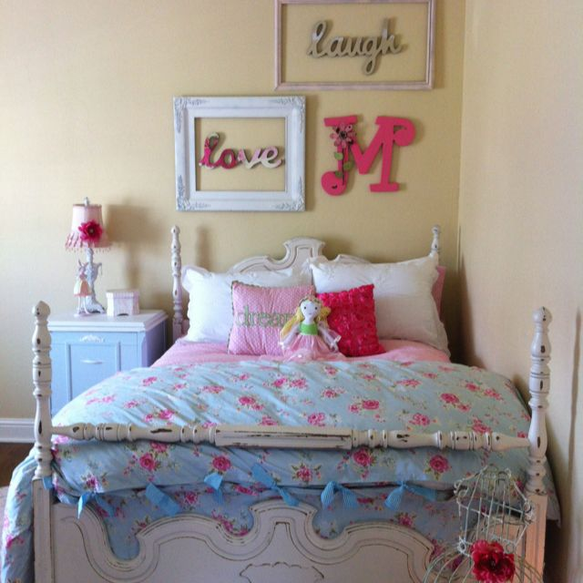Shabby Chic Teen Bedroom: Old Frames Painted For Art With A Shabby Chic Influence