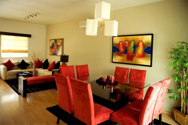 Decorar la sala comedor en espacios peque os sala for Salas modernas en espacios pequenos