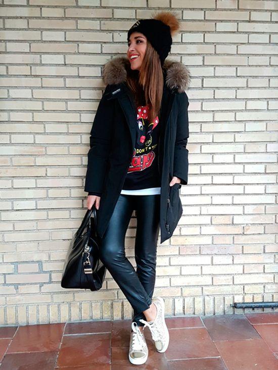 3cd143446727a Tras la pista de Paula Echevarría. White t-shirt+black graphic  sweatshirt+black leather-look leggins+golden glitter sneakers+black  parka+black handbag+black ...