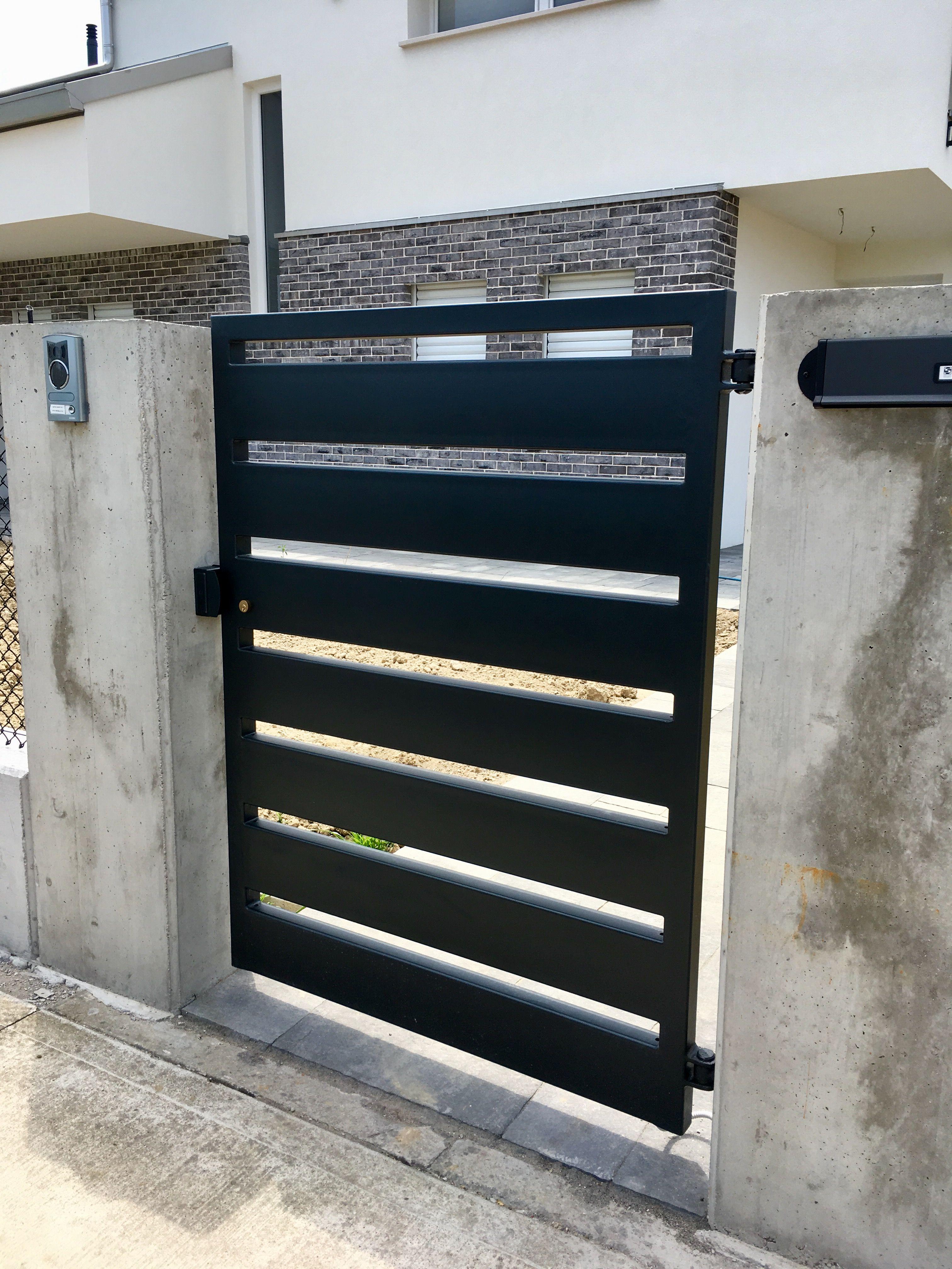 Cancello pedonale in ferro a tubolari orizzontali colore for Cancelli da giardino