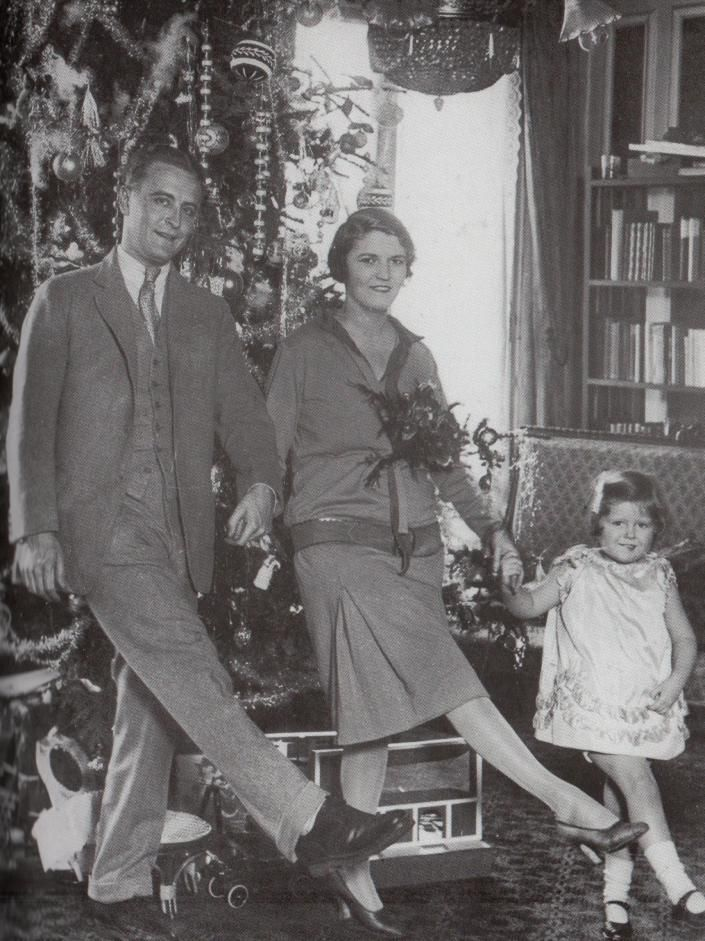 F Scott Fitzgerald With Zelda And Their Daughter Frances