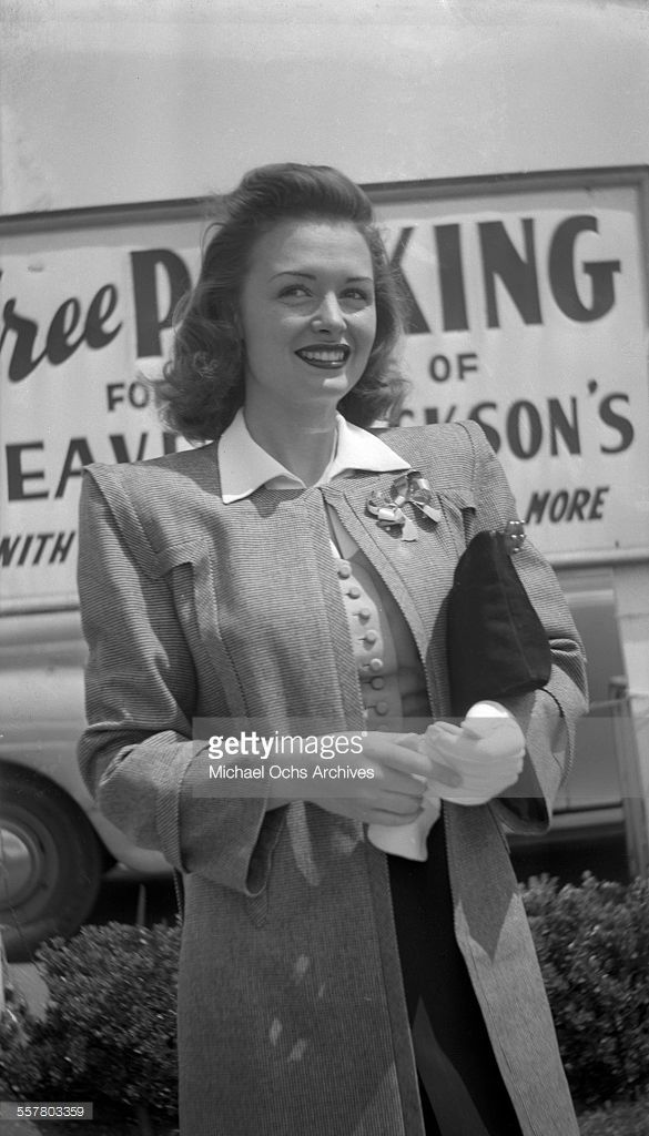 557803359-actress-donna-reed-smiles-as-she-poses-on-gettyimages.jpg (585×1024)