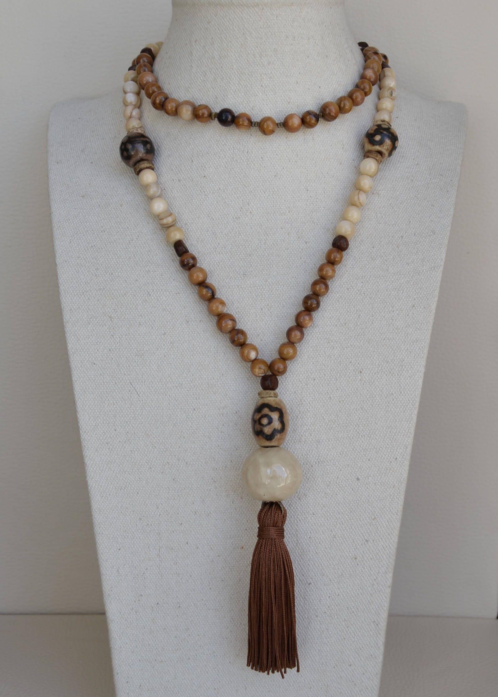 77dfc8572d54 Collar largo en finisimas piedras naturales de Nácar marron y Nácar beige.  de vithrashop en Etsy