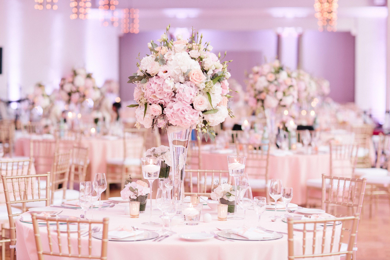 AuBergewohnlich Hochzeitsdekoration In Pastell Farben Kombiniert Mit Gold Farbigen Chiavari  Stühle. Gold Decor Peach Decor