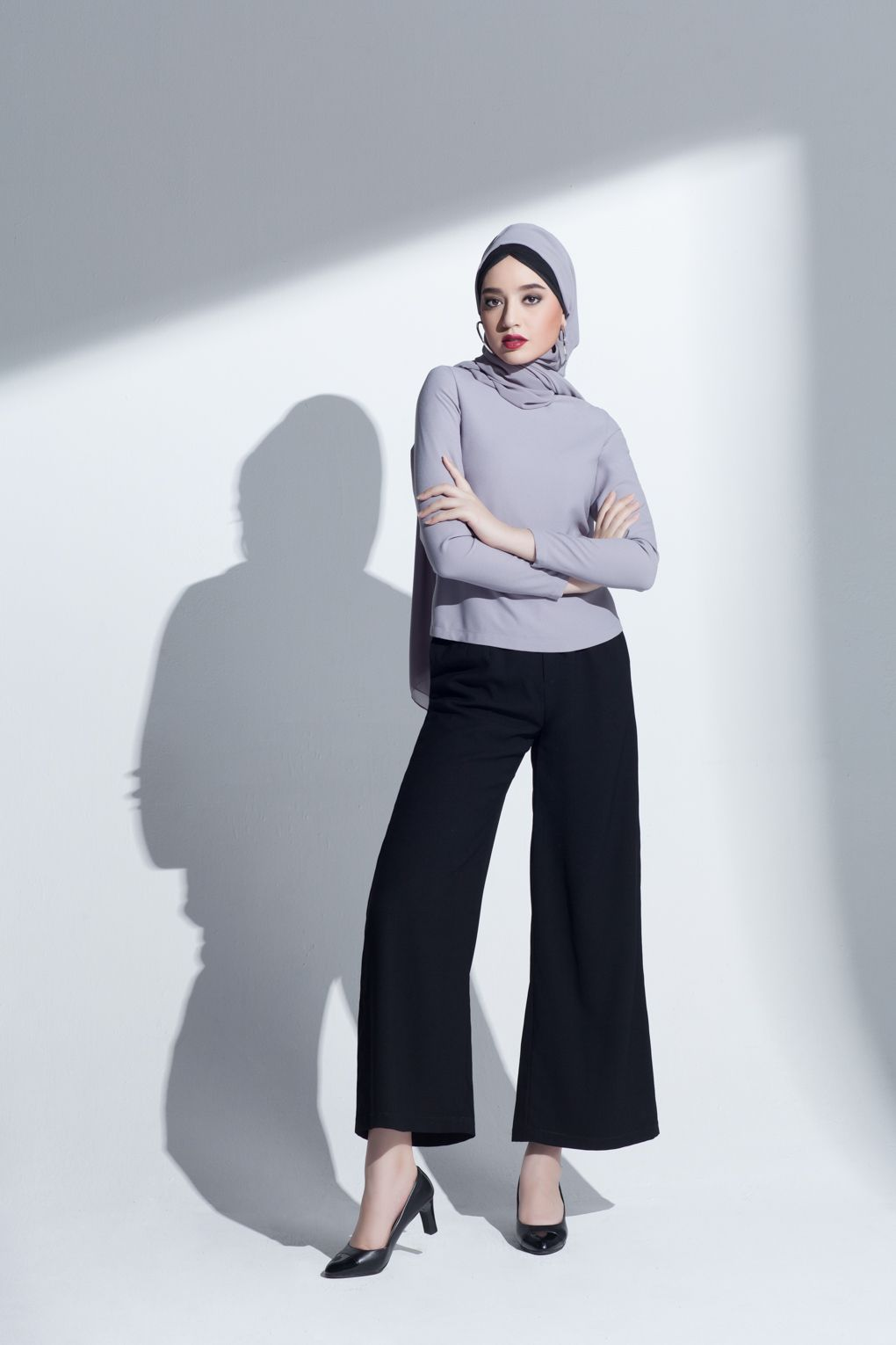 a88e5e744bed These wide leg trousers are perfect for any work outfit! #TAHIRA #modest  #trousers #wideleg