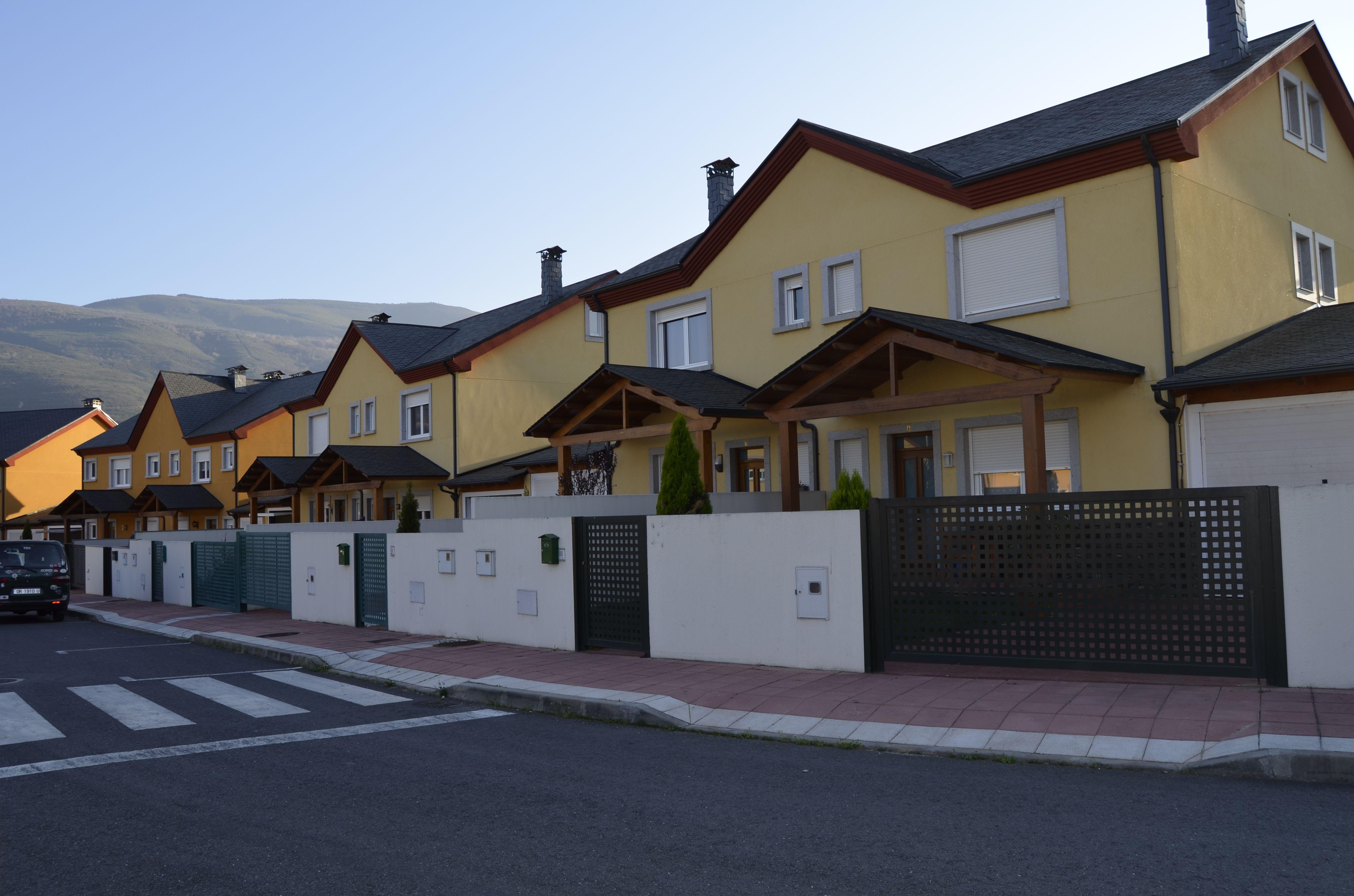 Urbanización con cubierta de pizarra en Valdeorras