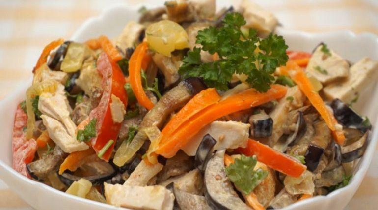 Салат из баклажанов с курицей: необычная закуска из ...