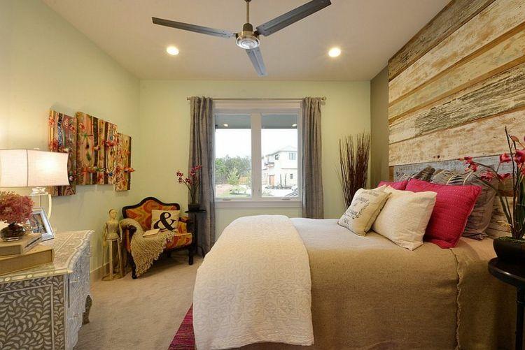 Kopfbrett aus Holz verschiedene Holznuancen behagliches Schlafzimmer