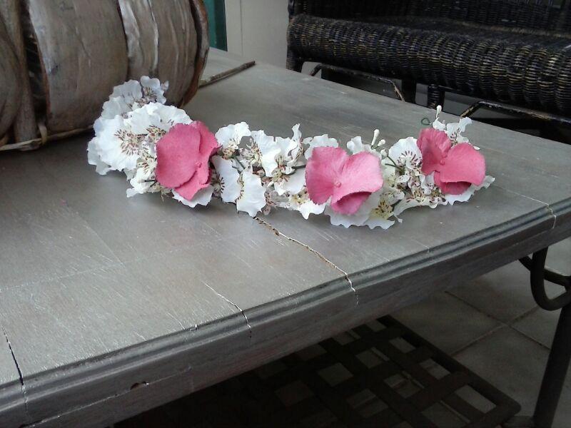 Corona de orquídeas blancas jaspeadas y buganvilla color fresa / ADC Flores
