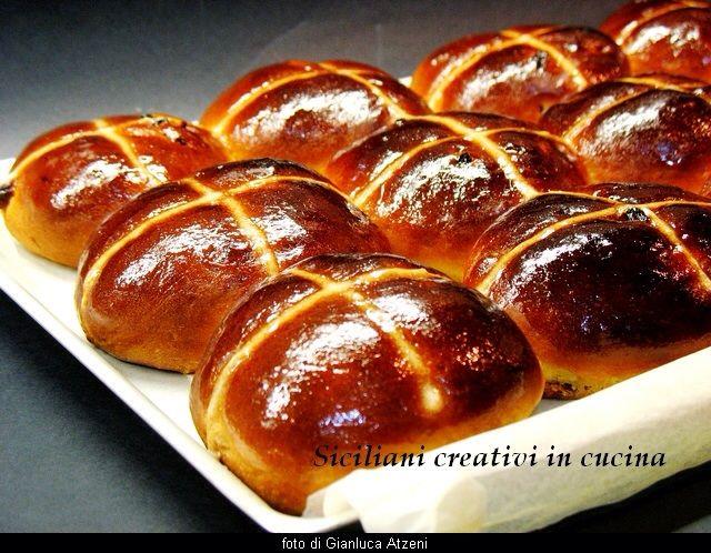 http://www.sicilianicreativiincucina.it/hot-cross-buns-brioche-con-visciole-e-uvetta/