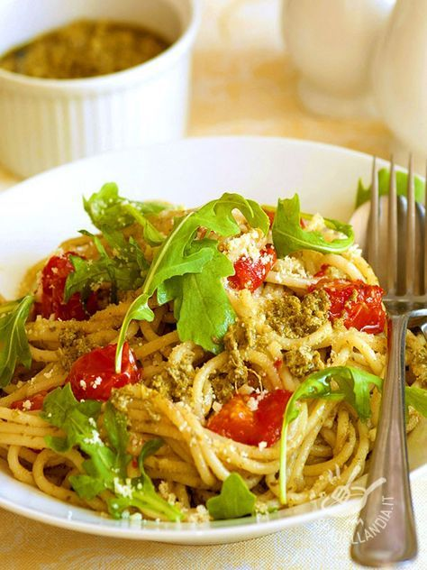 Gli Spaghetti con pesto di rucola e noci sono un primo sfizioso e versatile. Potrete, ad esempio, sostituire le noci con semi di zucca o di girasole.