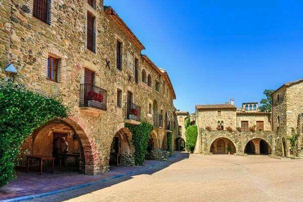 Monells Cruïlles Monells I Sant Sadurní De L Heura Plaça Del Poble Viajes Pueblos De España Sitios Para Visitar