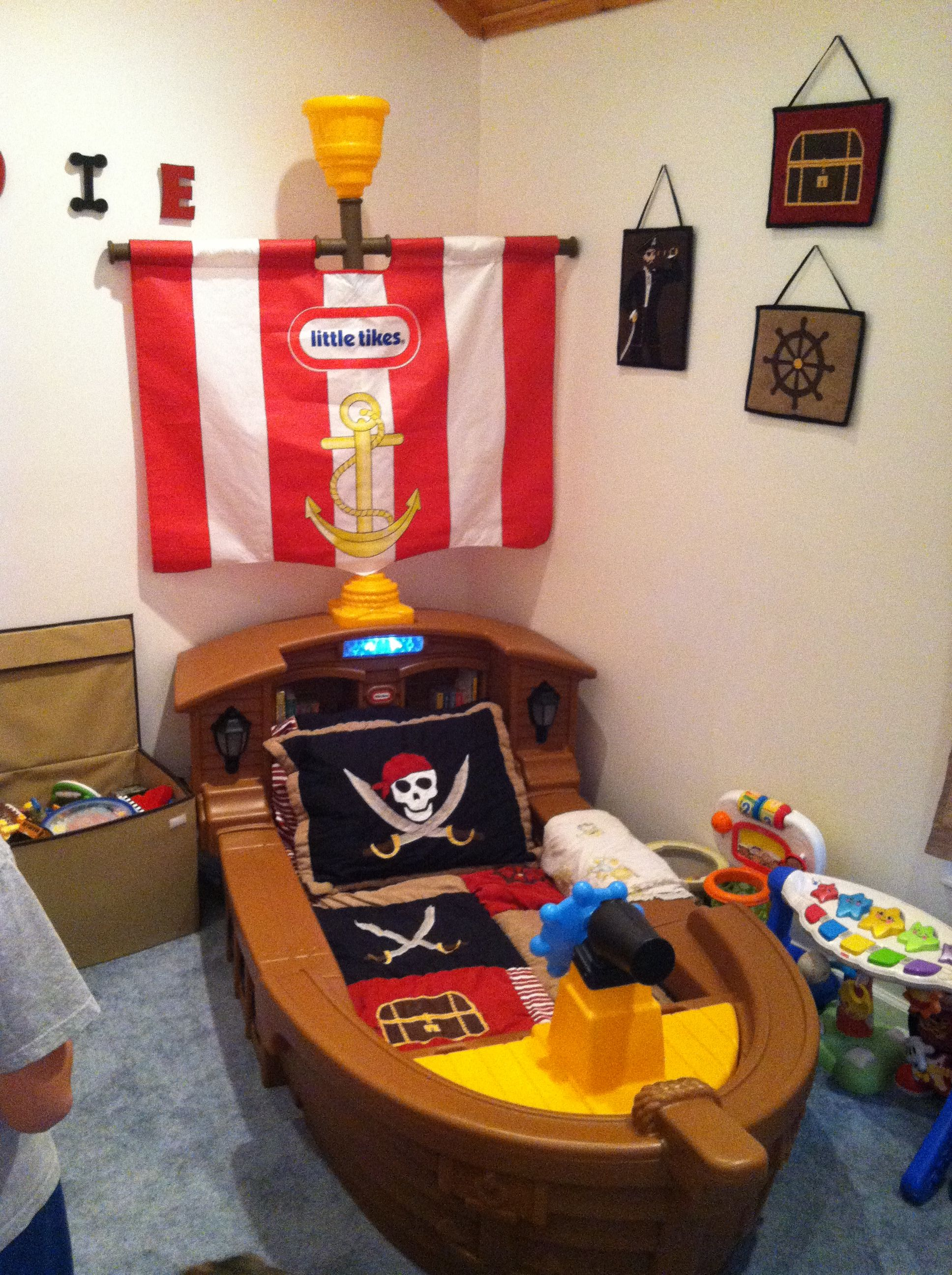 My sons new AMAZING PIRATE bed!! :)