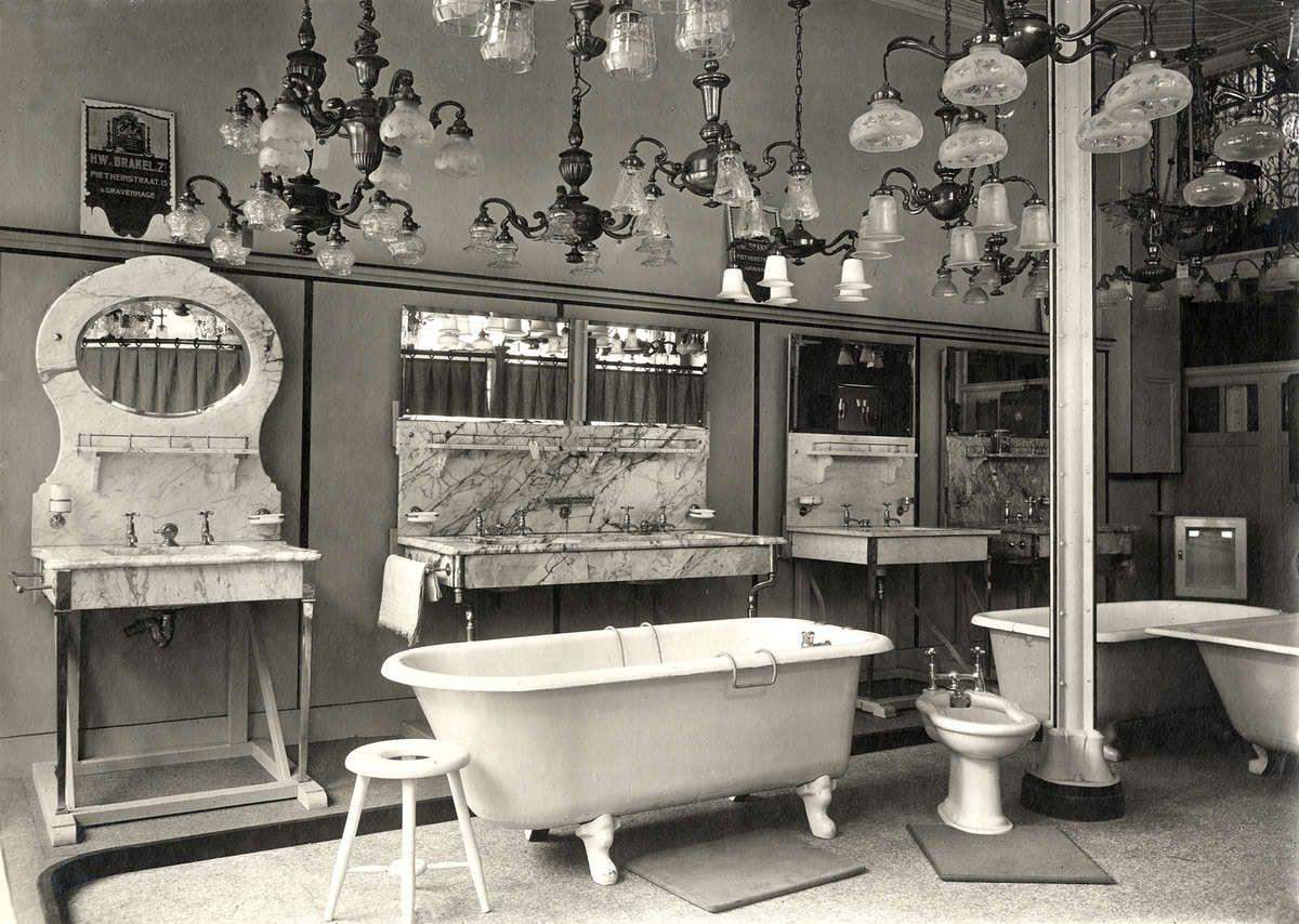 Interieur van winkel in sanitair en lampen met oa badkuipen