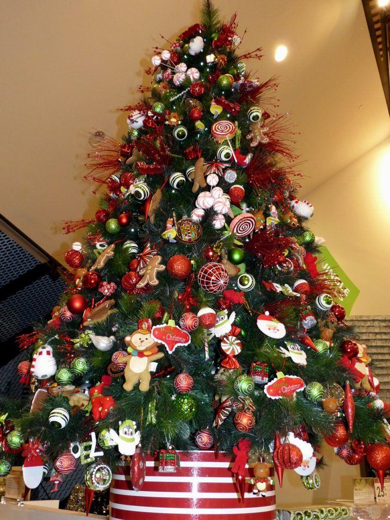 208d3a17441 arboles-de-navidad-naturales-decorado-en-rojo
