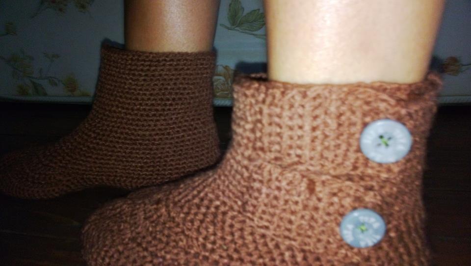 botitas hechas con una suela  vieja de zapatillas...en medio punto y hasta el tobillo ,muy cómodas para anda r dentro de casa en invierno