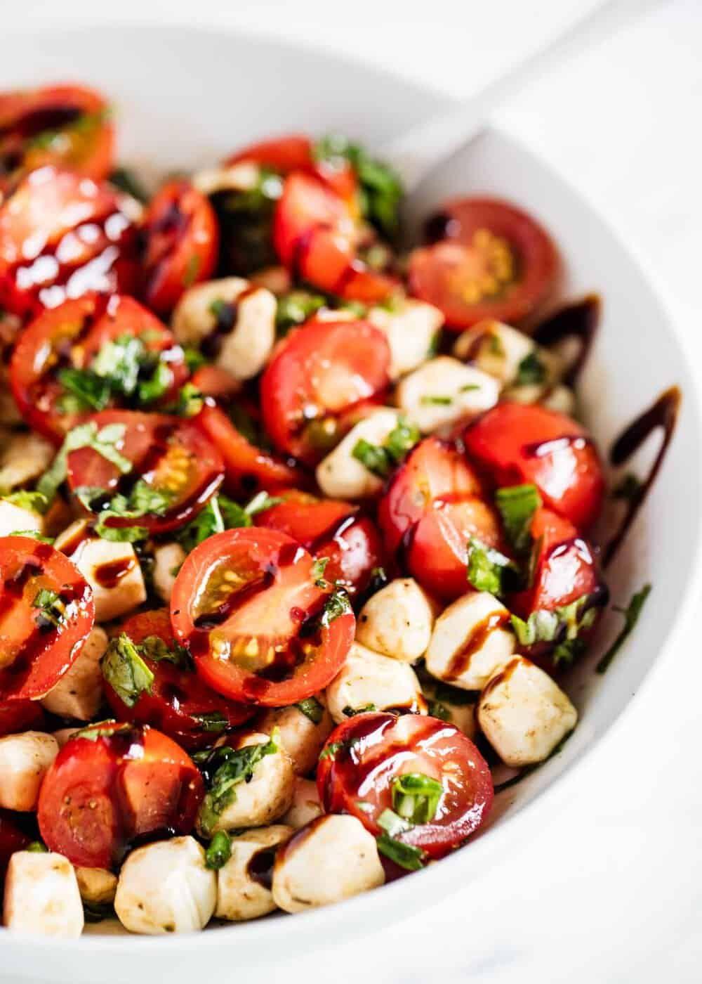 EASY Caprese Salad (10 minutes prep!) - I Heart Naptime #potluckrecipes