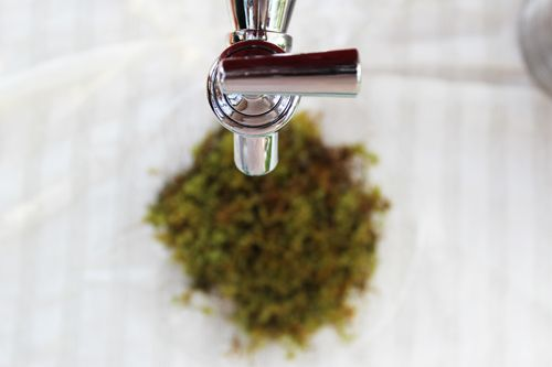 Use a small moss tray under drink spouts to not have that ugly dripping mess!    LINK:  http://www.kayleewebsterdesigns.com/sweet-vintage-garden-wedding/