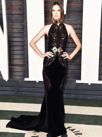 Topmodel Alessandra Ambrosio in einer schwarzen Robe von Balmain.