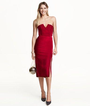 Strapless, knee-length dress in velvet. Seam at waist, cut-out V ...