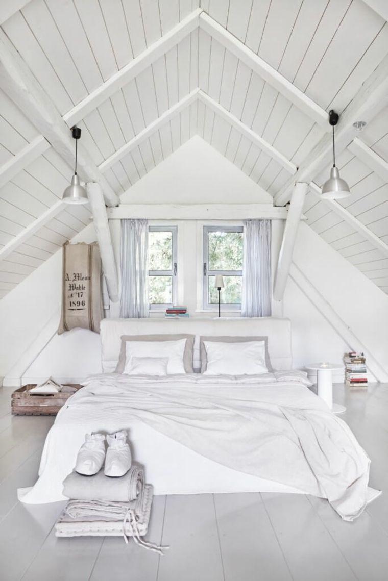 Arredamento tutto bianco in una camera da letto piccola - Arredamento camera da letto piccola ...