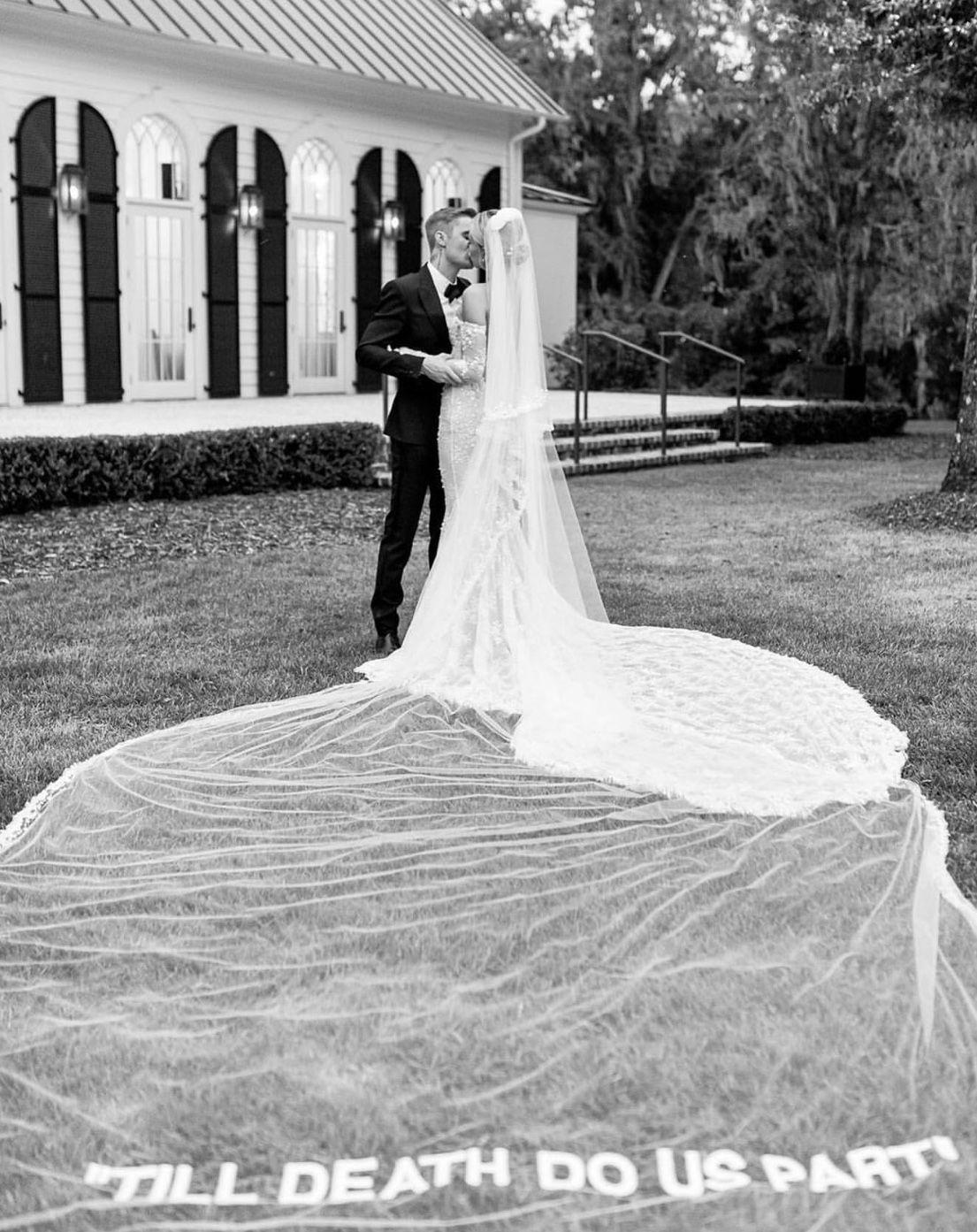Pin By Yinet On Perfect Weddings Brian Melissa Off White Wedding Dresses Celebrity Wedding Dresses Hailey Baldwin Wedding Dress