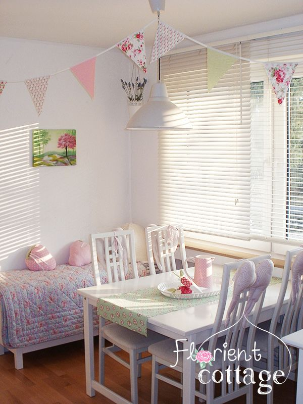Ausklappbarer Esstisch Von Ikea Stuhle Truhe Hemnes Hangeleuchte Foto