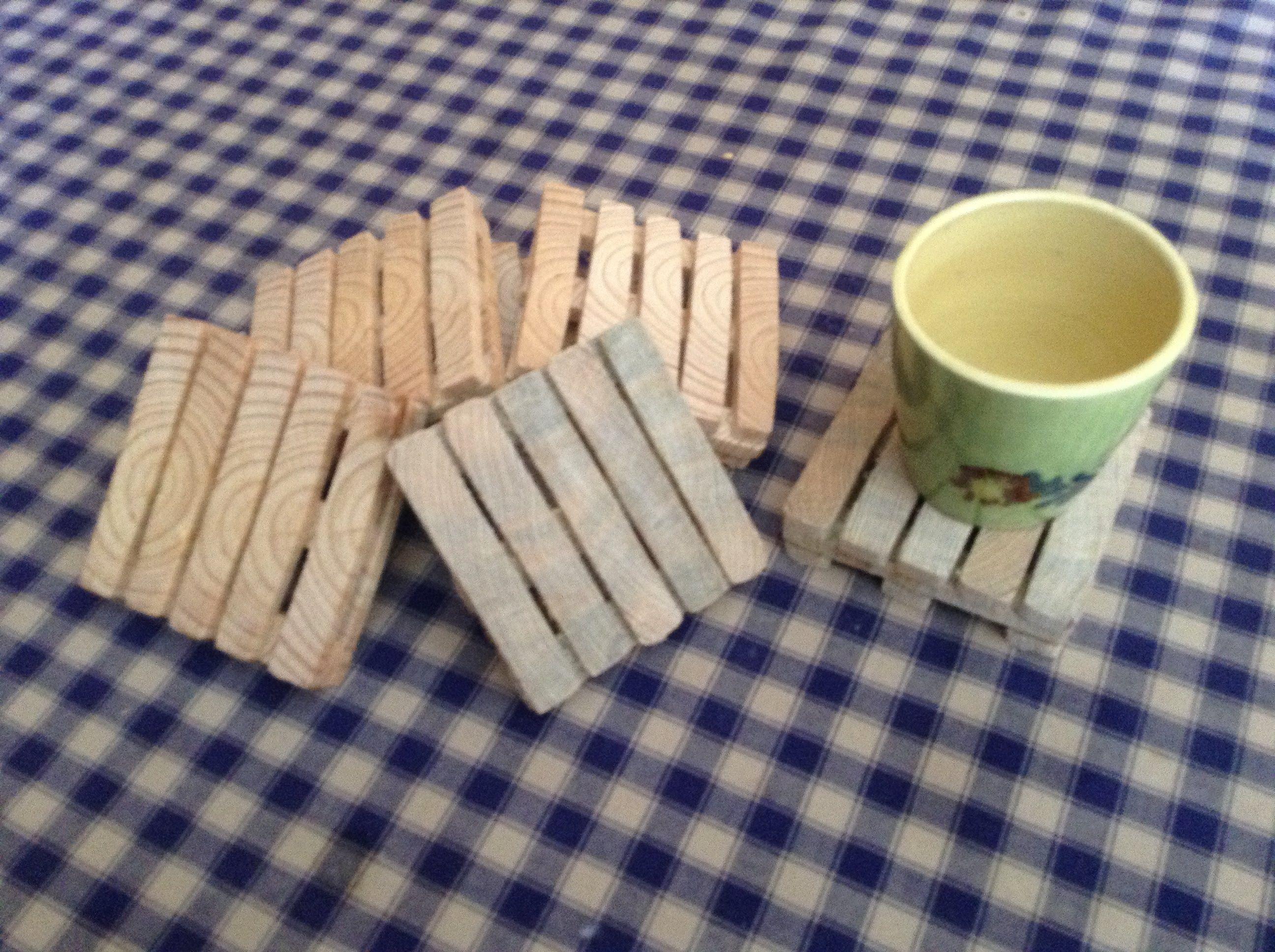 fabrication de dessous de plats en forme de palettes avec des palettes projets en bois. Black Bedroom Furniture Sets. Home Design Ideas