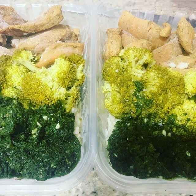 Filezinho de frango brócolis e creme de espinafre Filezinho de frango brócolis e creme de espinafre