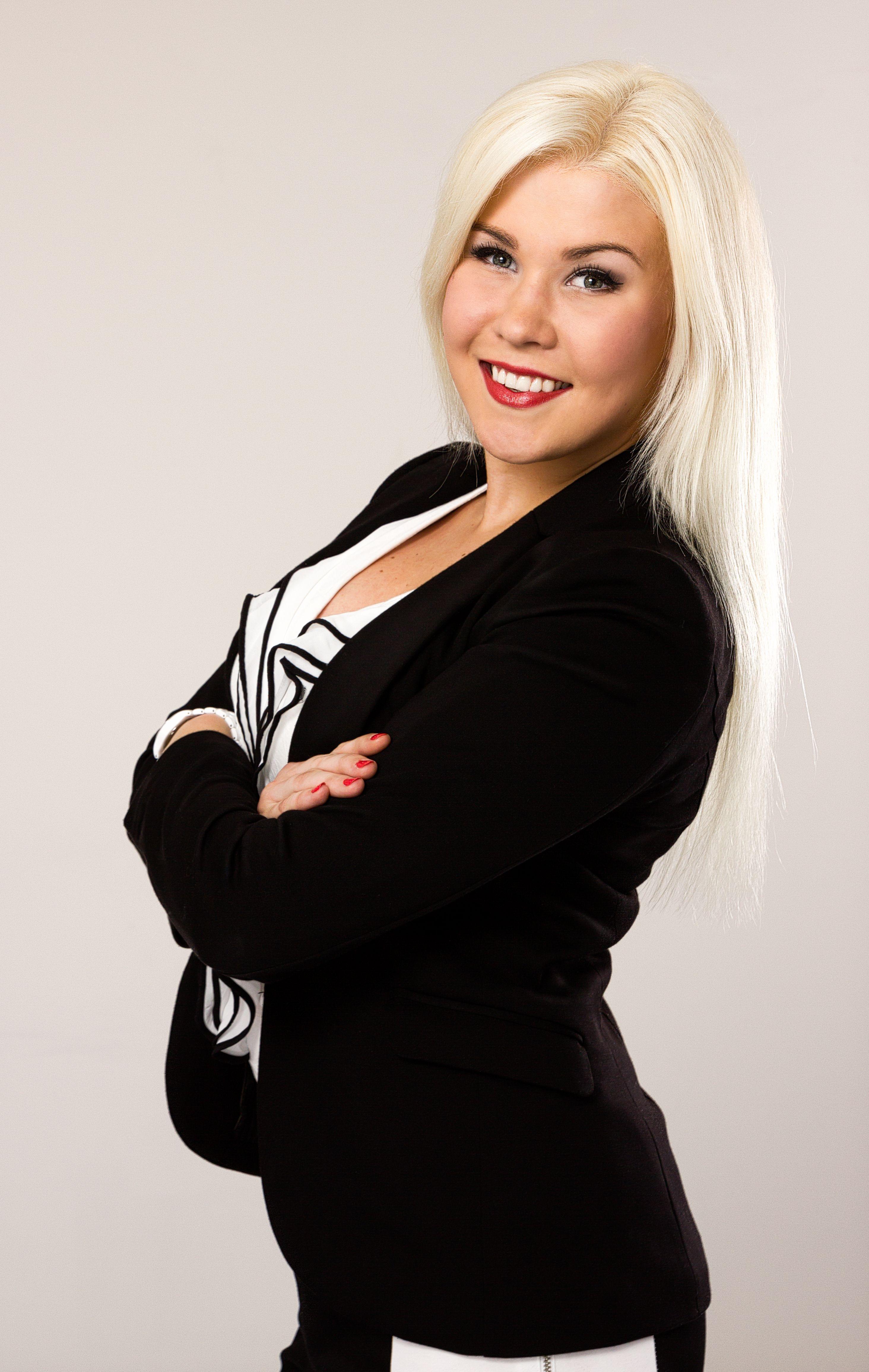 Tervehdys! Olen Anniina Makkonen, 23-vuotias vasta valmistuva Tradenomi. Etsin työtä joka tarjoaa minulle haasteita. Oletteko Te valmiita ottamaan haasteen vastaan? Tutustu minuun Pinterestin kautta, katso CV -videoni ja kutsu työhaastatteluun!
