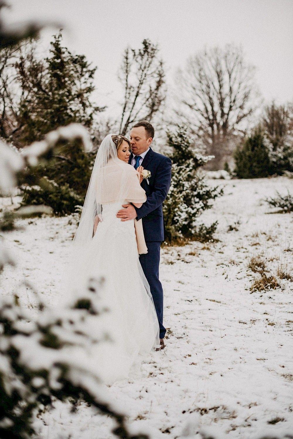 Das Brautpaar Im Schnee Hochzeit Winter Schnee Brautpaar Brautpaar Hochzeitstorte Anschneiden Winterhochzeit