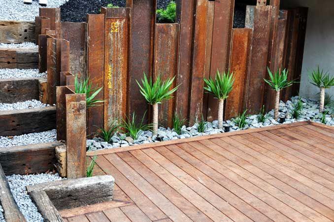 Amazing Retaining Wall From Rusted H Beams Australische Tuin Achtertuinlandschappen Privacy In De Tuin