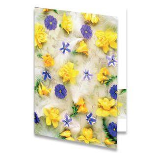 Een paaskaart van gele narcissen en nog wat paarse bloemetjes die op een bed van witte veertjes liggen. Aan de binnenkant van het paaskaartje is de achtergrondkleur wit met onderaan een balk met dezelfde afbeelding als op de voorkant.