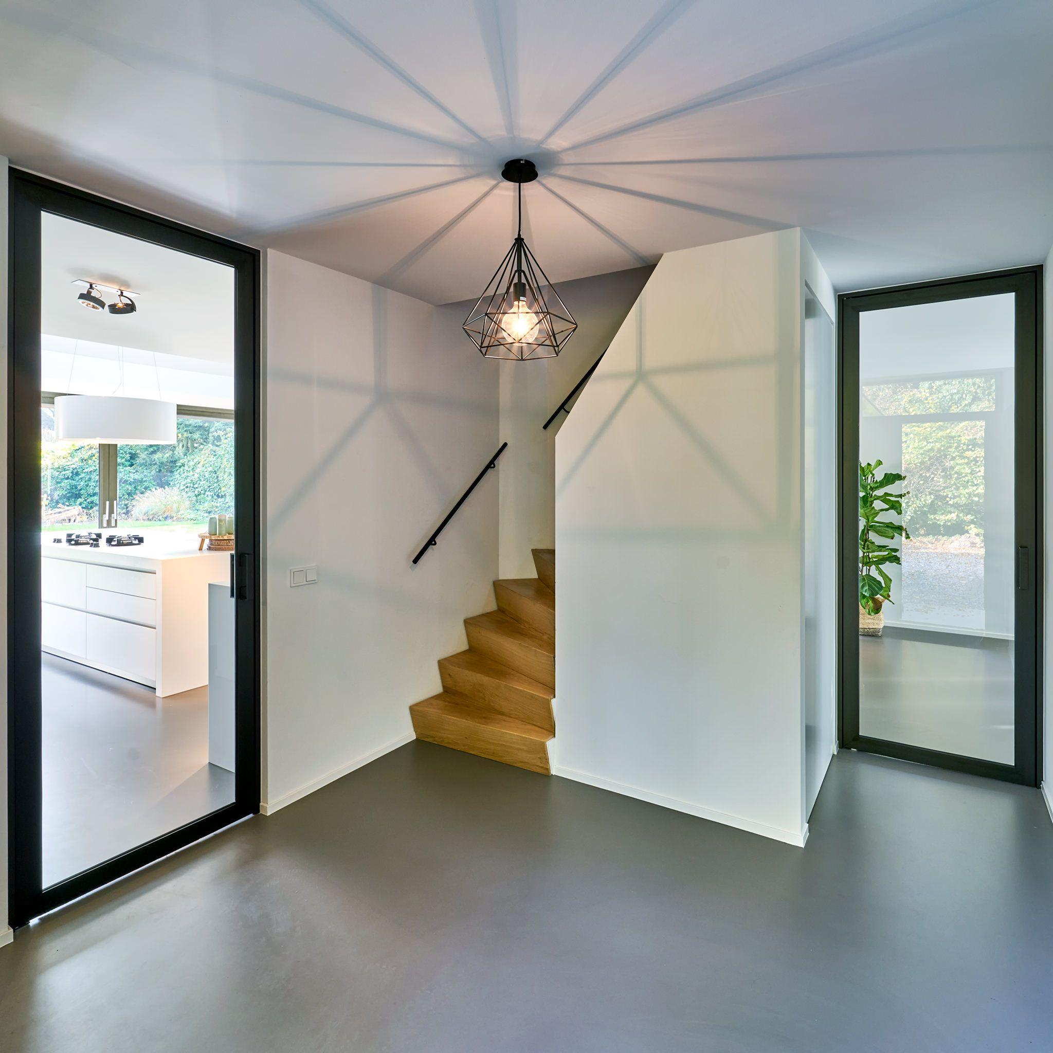 Moderne stalen deuren van vloer tot plafond gemaakt van zwart geanodiseerd aluminium in - Moderne woning buiten lay outs ...