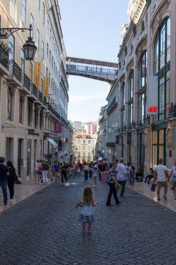 Rua do Carmo, l'une des rues commercantes les plus populaires de la capitale portugaise