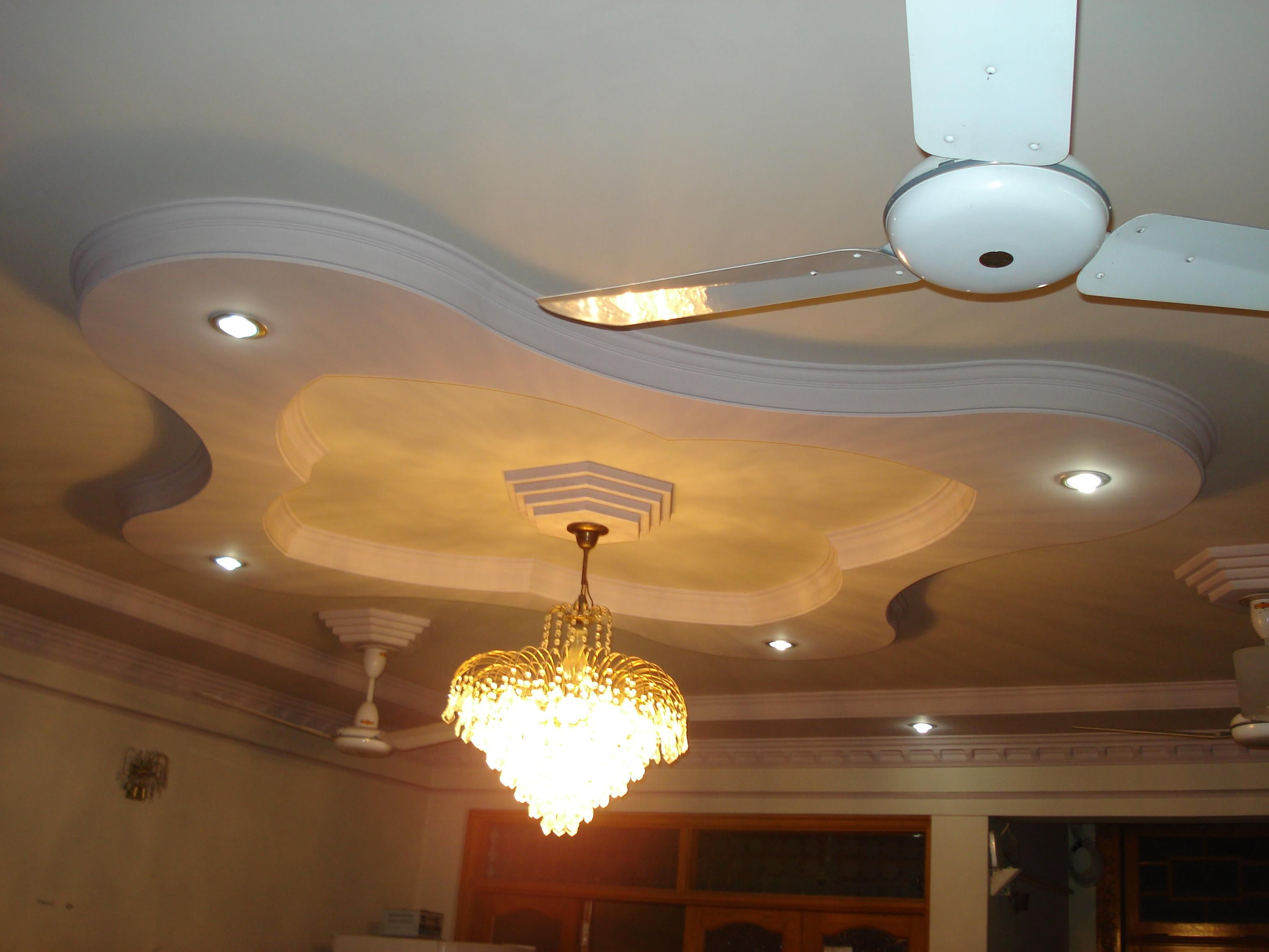 Modern false bedroom designs ceiling pop with white fan on for Plafond moderne