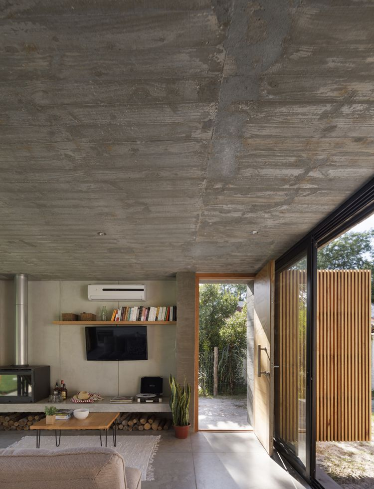 Betondecke graue bodenfliesen großformat kamin wood windows doors