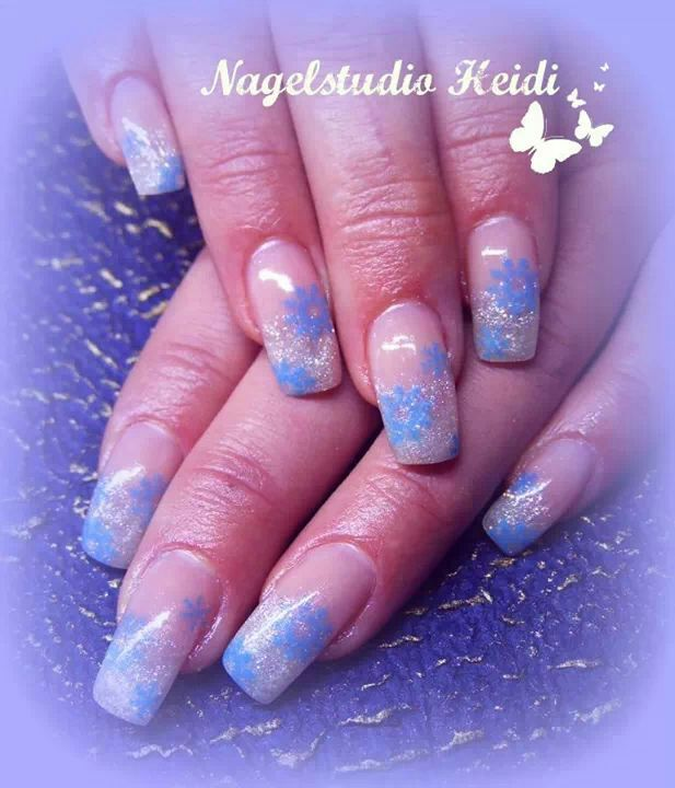 Silberne Glitzernails mit blauen Blümchen