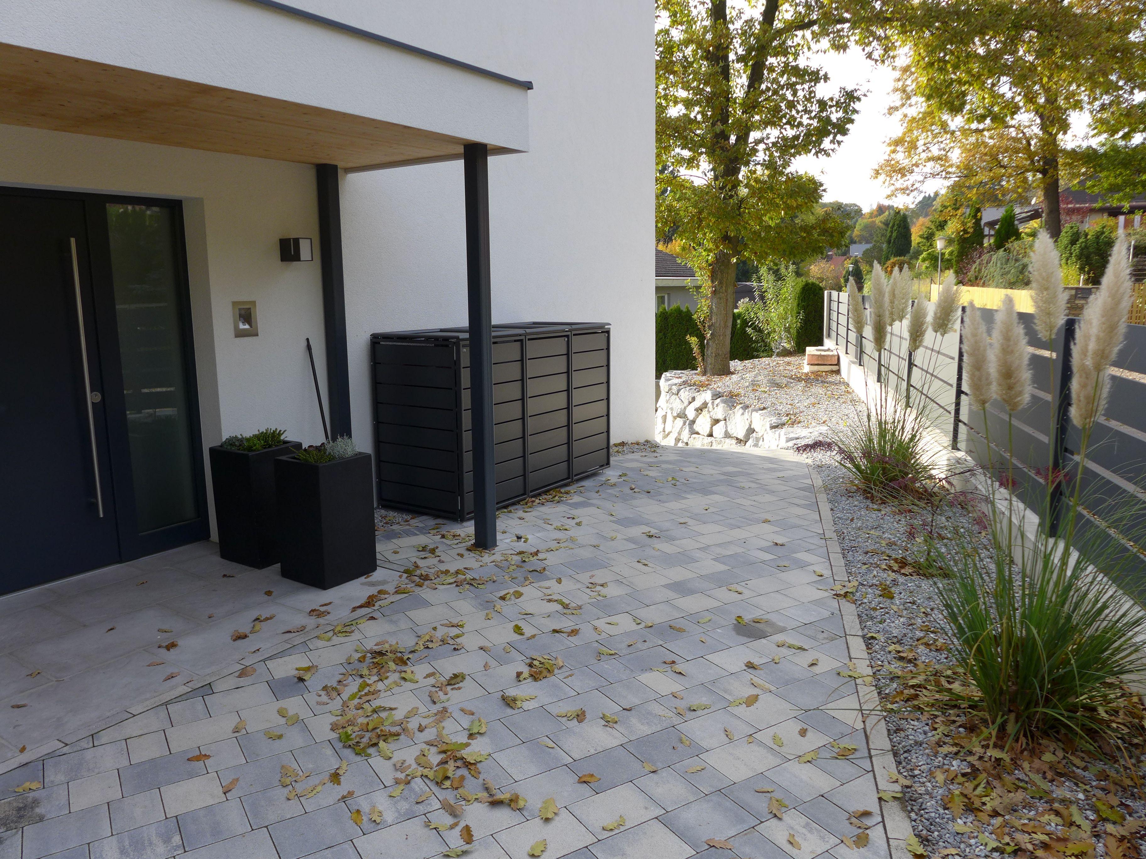 modernes wohnhaus mit einer 3er box für 240-liter mülltonnen
