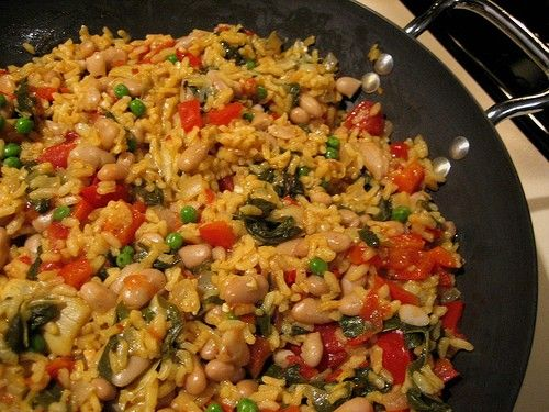 No conozco paella vegetariana, pero me gusta probarla. Paella vegetariana tiene arroz, tomates, frijoles, y otro vegetales. Paella vegetariana es de España.