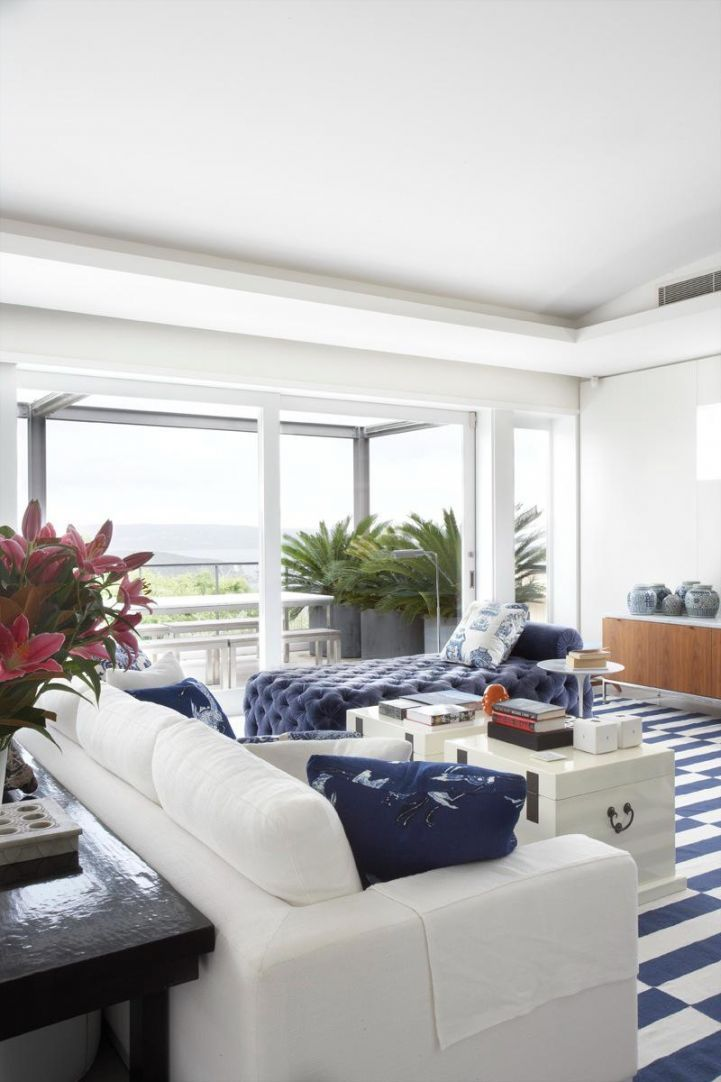 Hamptons blue and white modern beach house living room - Modern beach house interior ...
