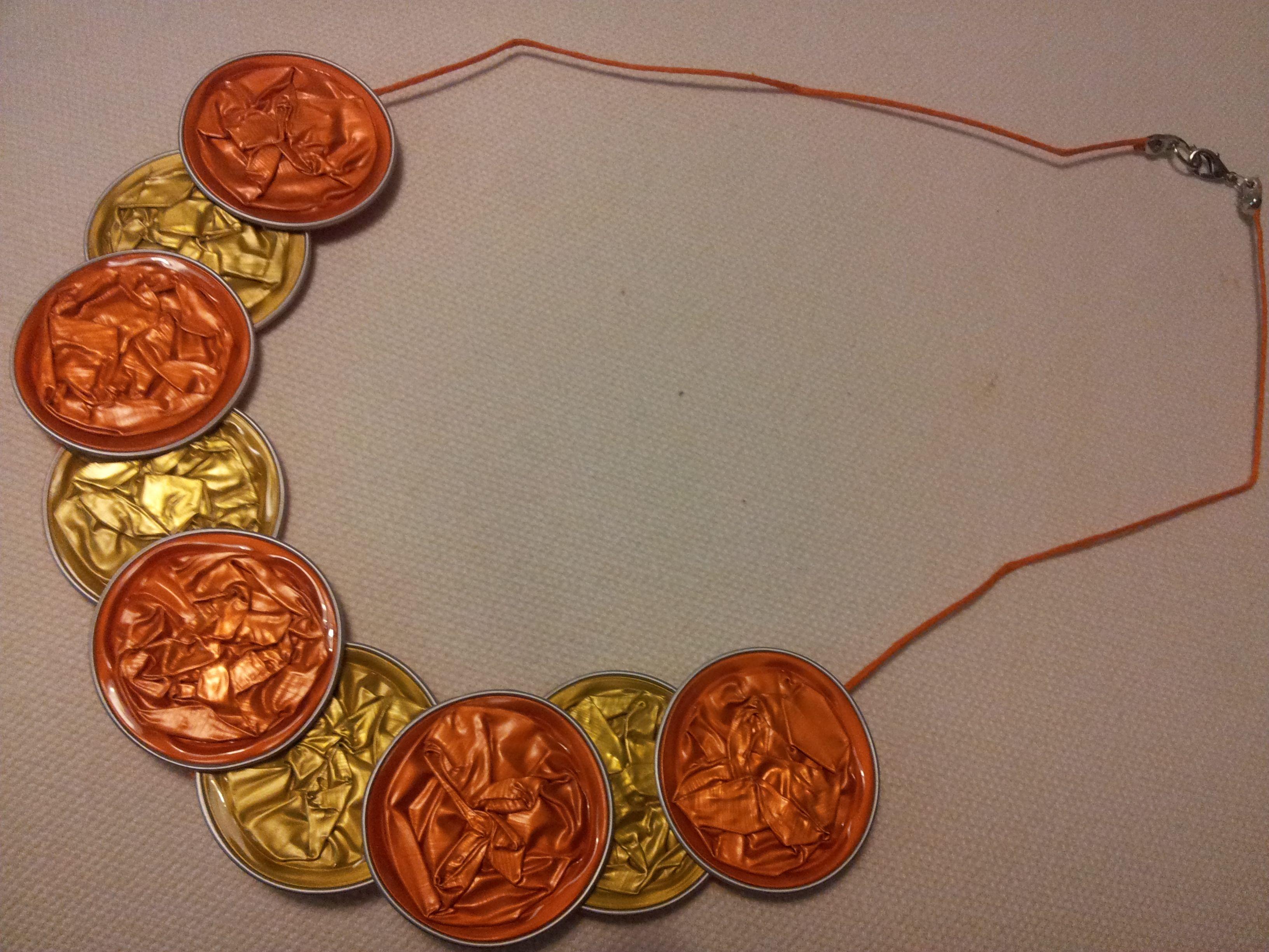 Gargantilla naranja y amarilla solapada 6,99€