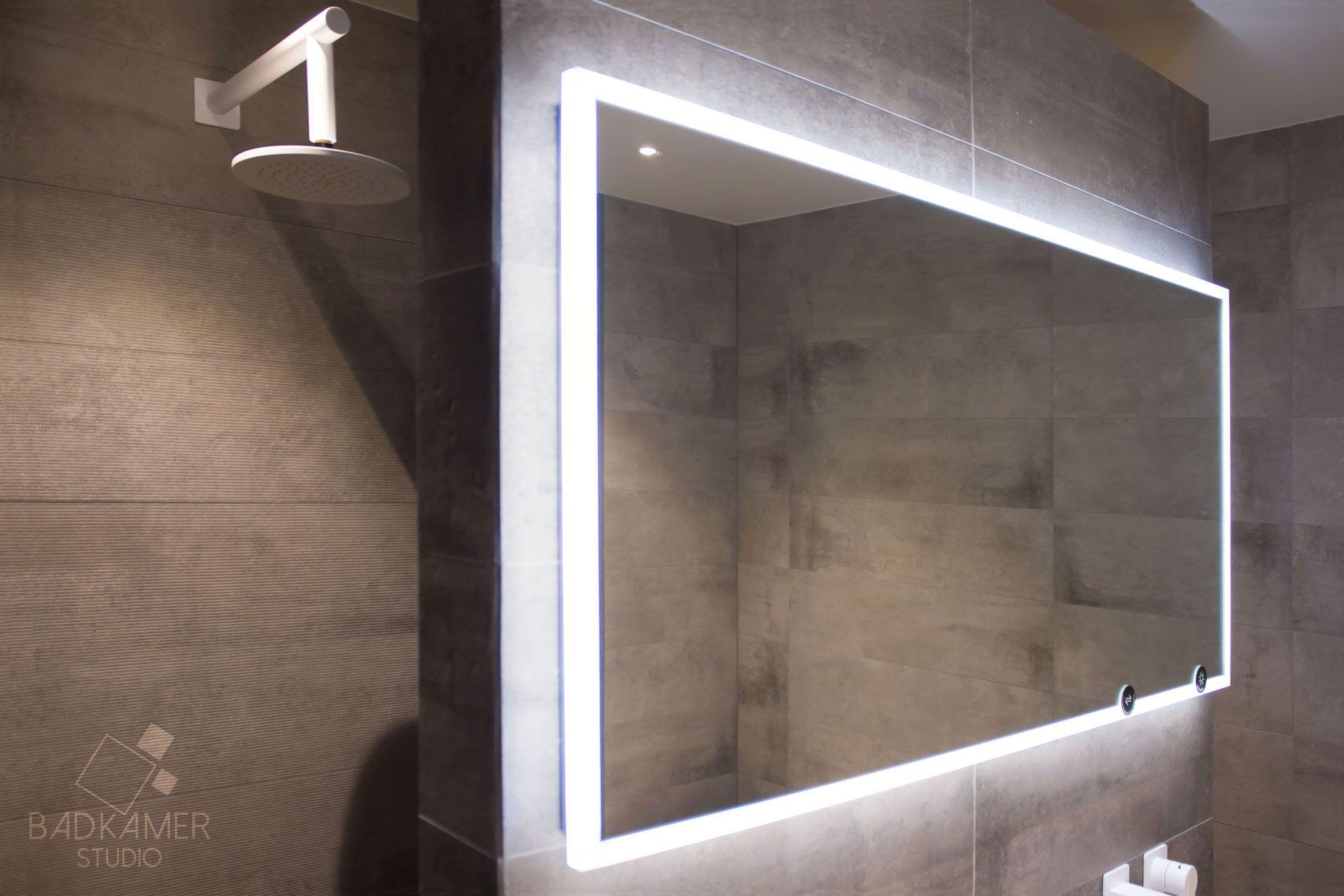 Spiegel met LED verlichting, grijze tegels en een mat witte ...