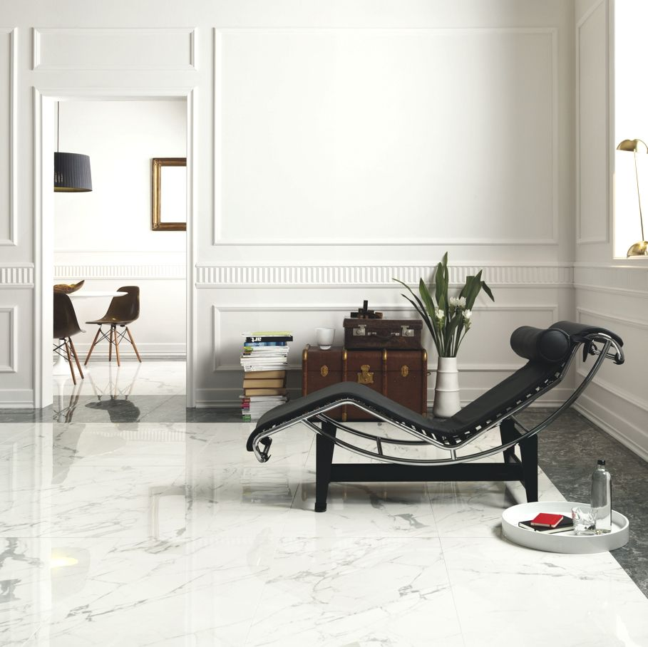 Le Corbusier LC4 Chaise in black ,Esther stands out against the ...