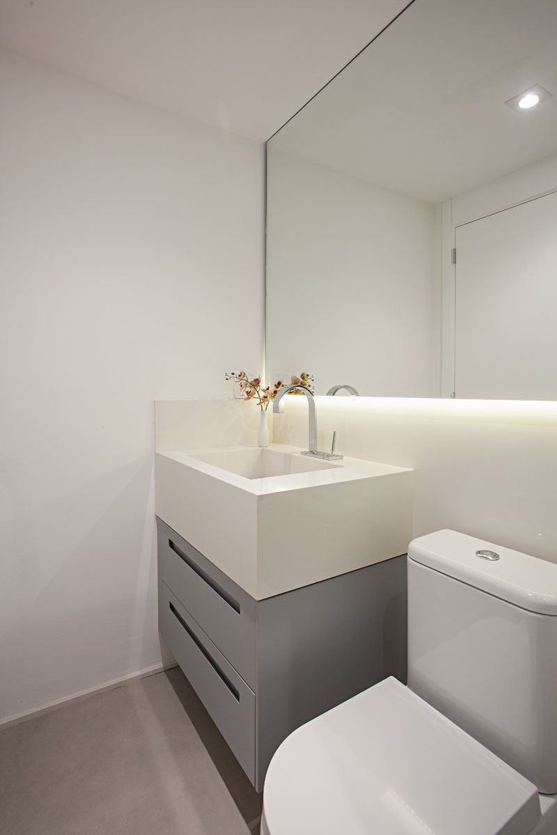 This Small Apartment Makes Efficient Use Of Limited Space With Thoughtful Interior Design Simple Bathroom Renovation Modern Bathrooms Interior Small Apartments